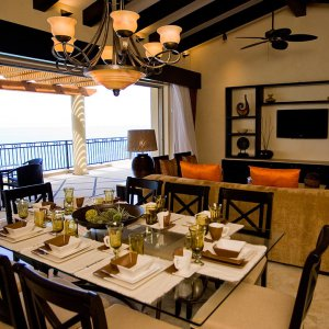 Oceanfront Penthouse - Ample dining area